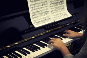 Redactarea unui comunicat de presă pentru promovarea unui muzician