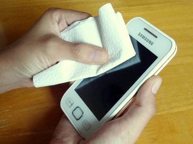 Ce greșeală faci când îți cureți ecranul telefonului